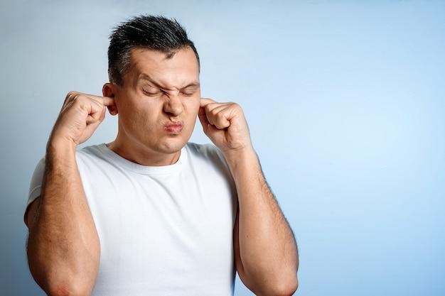 Portret van een man close-up van breeuwen oren die het geluid zou blokkeren