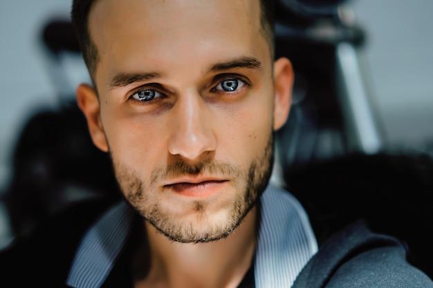 Portret van een man. close-up van een hard licht