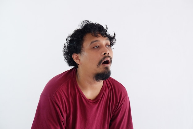 Portret van een man die aan het dagdromen is en niets doet