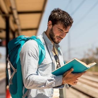 Portret van een man die een boek leest