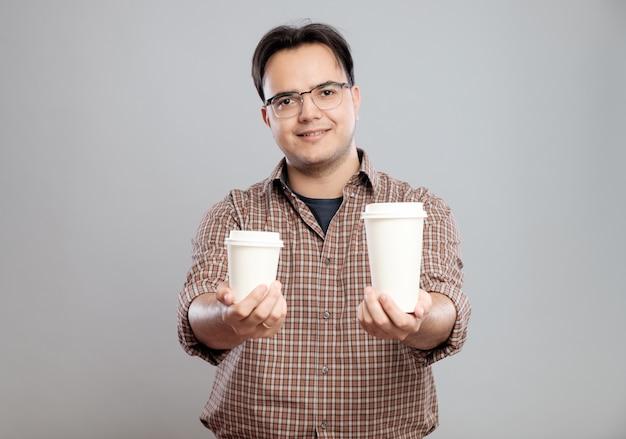 Portret van een man die een kopje koffie geeft