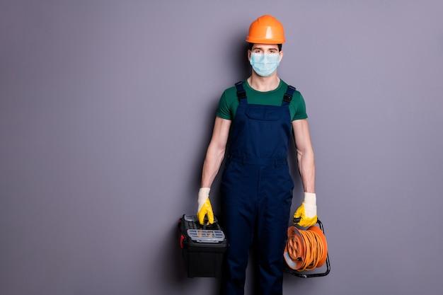 Portret van een man die een veiligheidsmasker draagt, een virale longontsteking, een cov-infectie die gereedschap draagt