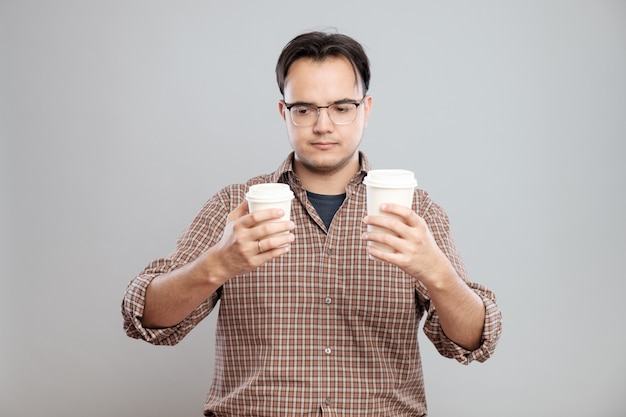 Portret van een man die kopje koffie kiest