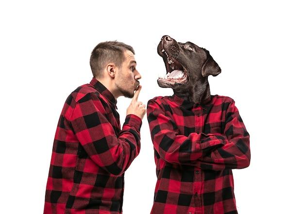Portret van een man die met zichzelf ruzie maakt als een hond op een witte studioachtergrond concept van menselijke emoties, expressie, mentale problemen, interne conflicten, gespleten persoonlijkheid. kopieerruimte. schreeuw.