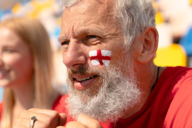 Portret van een man die naar een voetbalwedstrijd kijkt