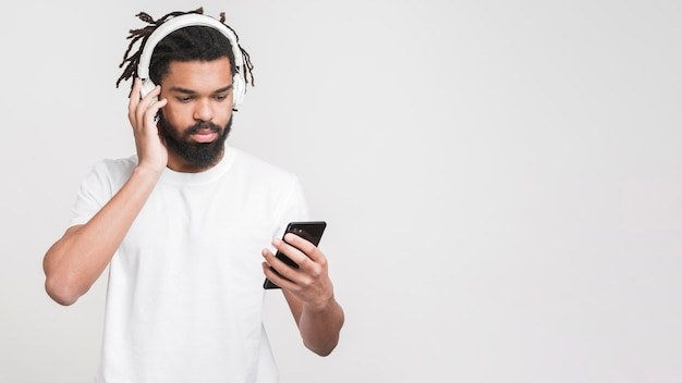 Portret van een man die naar muziek luistert