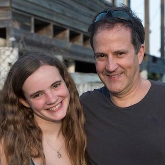 Portret van een man en zijn dochter glimlachen, cayman cay, utila island, bay islands, honduras