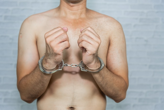 Portret van een man gevangene met handboei