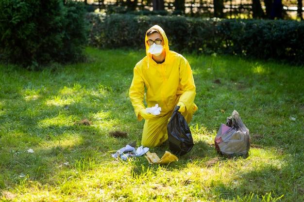 Portret van een man in een geel beschermend pak en masker.