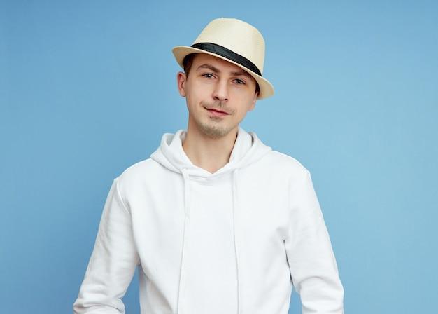 Portret van een man in een hoed-glimlach en vrolijke emoties op zijn gezicht