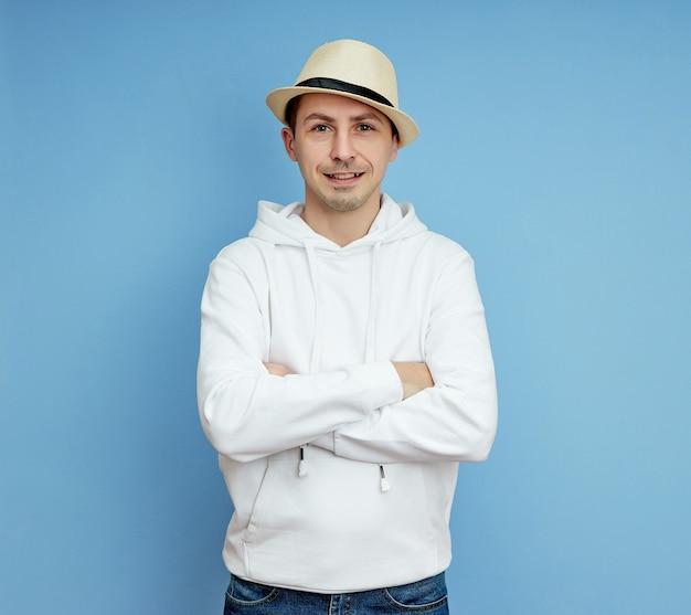 Portret van een man in een hoed, glimlach en vrolijke emoties op zijn gezicht