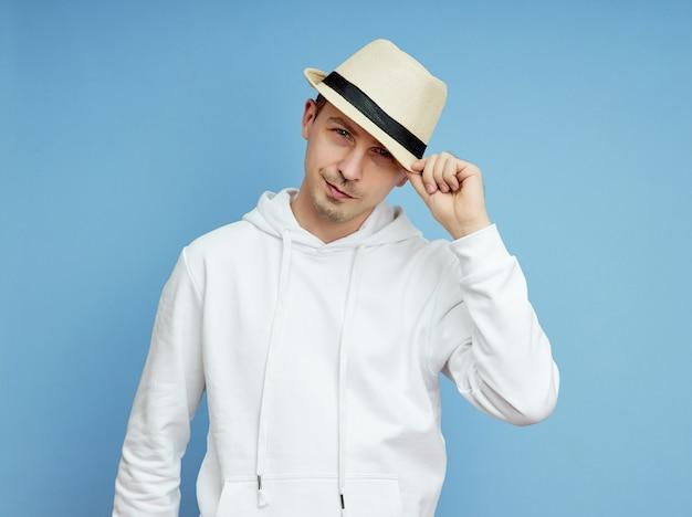 Portret van een man in een hoed, glimlach en vrolijke emoties op zijn gezicht Premium Foto