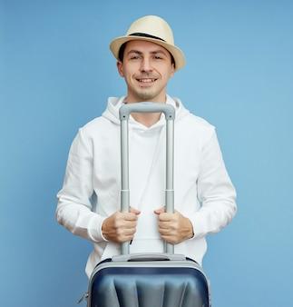 Portret van een man in een hoed met bagage