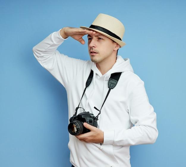 Portret van een man in een hoed met camera