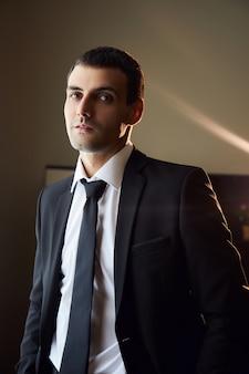 Portret van een man in een pak en stropdas