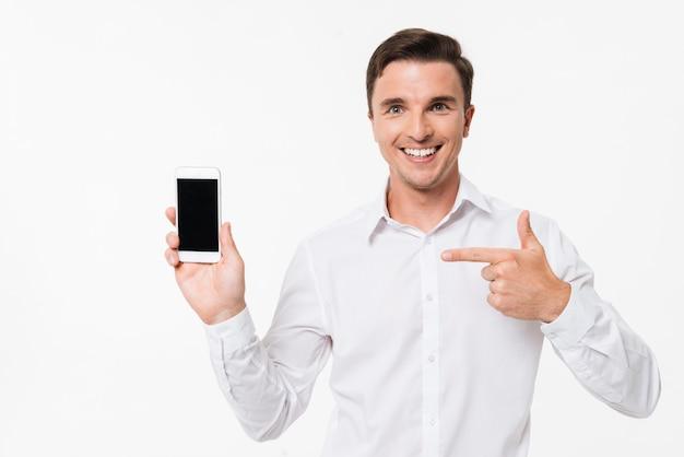 Portret van een man in een wit overhemd wijzende vinger