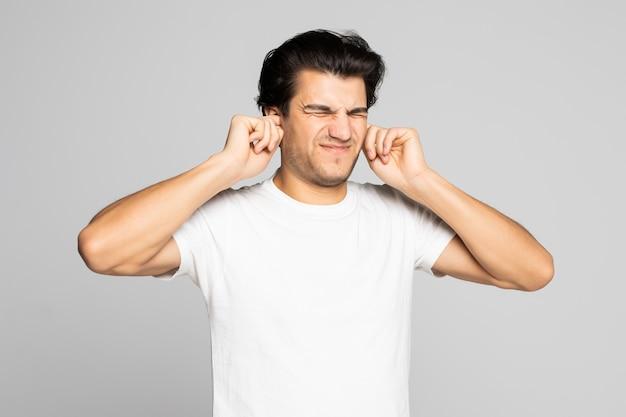 Portret van een man in een wit t-shirt dat zijn oren bedekt