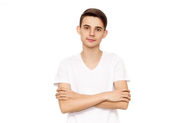 Portret van een man in een wit t-shirt, isoleren