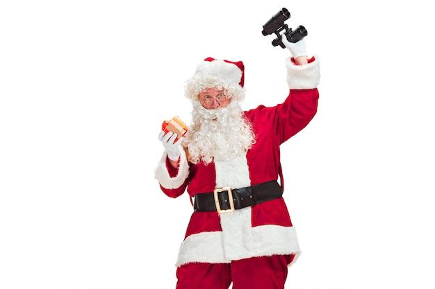 Portret van een man in kerstman kostuum
