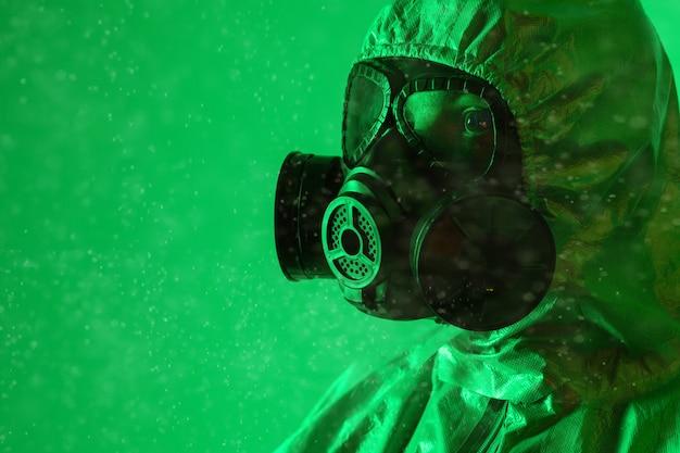 Portret van een man in profiel in een stralingspak en gasmasker