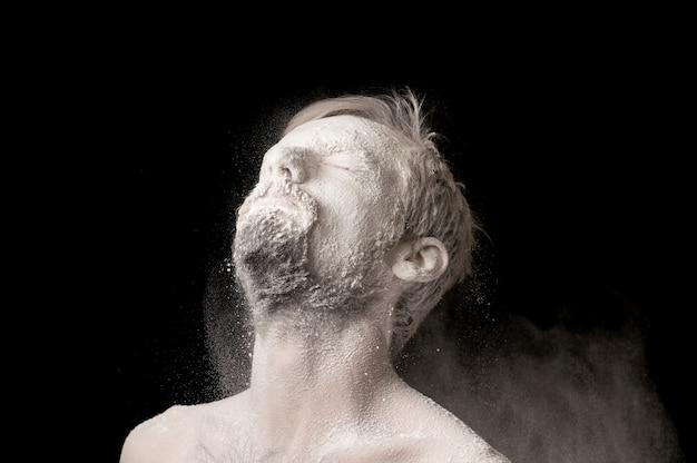 Portret van een man in wit poeder