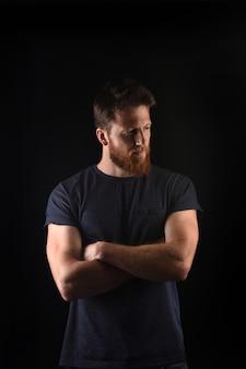 Portret van een man kijkt naar de zijkant en met gekruiste armen