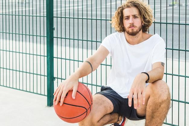 Portret van een man met basketbal