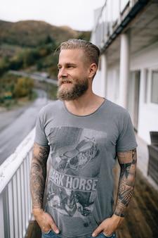 Portret van een man met een baard buiten het huis