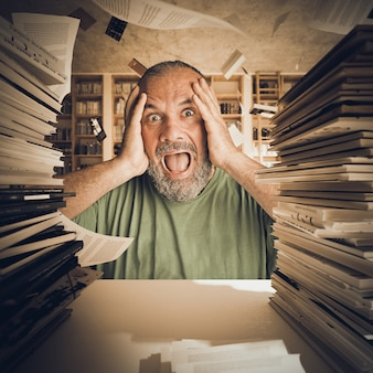 Portret van een man met een baard, gestresst door te veel studie