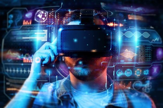 Portret van een man met een bril van virtual reality, vr, werkt samen met een virtueel scherm.
