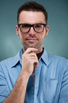 Portret van een man met een bril