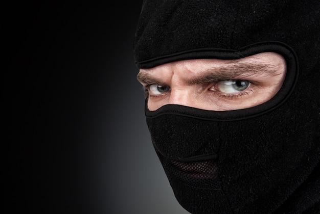 Portret van een man met een masker