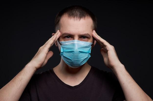 Portret van een man met een medisch masker, een coronavirusinfectie Premium Foto