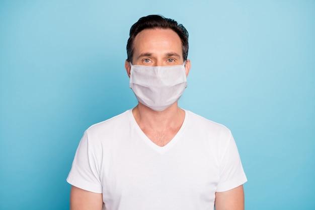 Portret van een man met een veiligheidsmasker stop pathogeen respiratoire mers cov infectie influenza