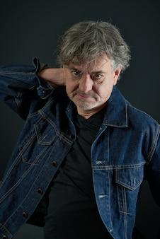 Portret van een man met in blauwe denim jas