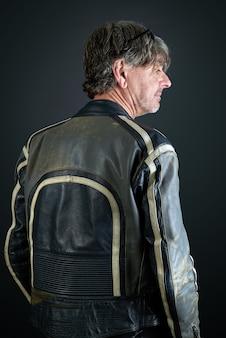 Portret van een man met lederen biker jas