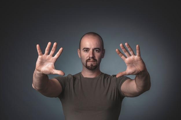 Portret van een man met uitgestrekte handen voor hem