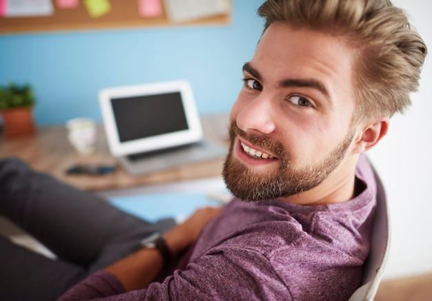 Portret van een man naast het bureau