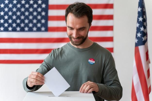 Portret van een man op de dag van de kiezersregistratie