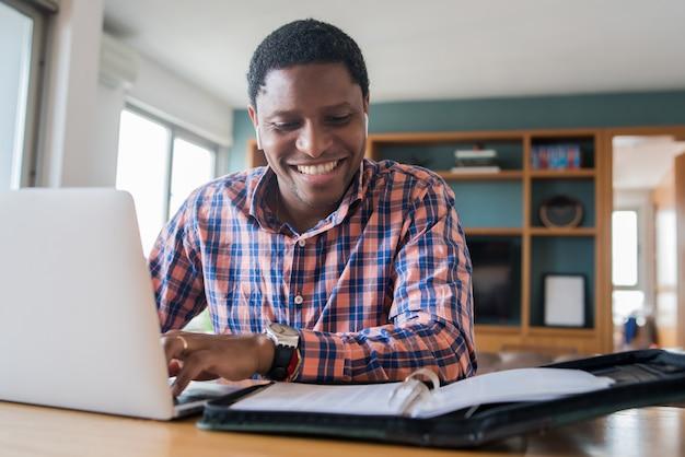 Portret van een man op een werk video-oproep met laptop vanuit huis. thuiskantoor concept.