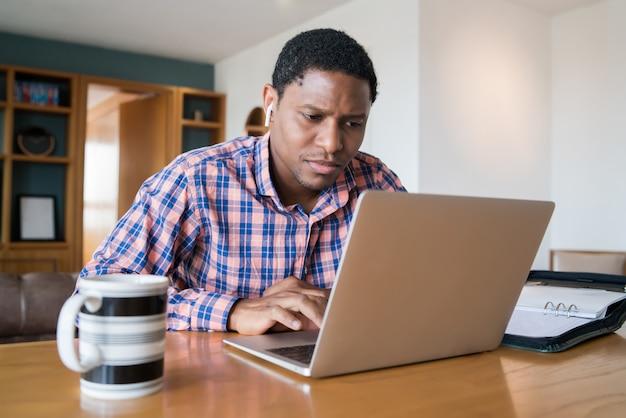 Portret van een man op een werk video-oproep met laptop vanuit huis