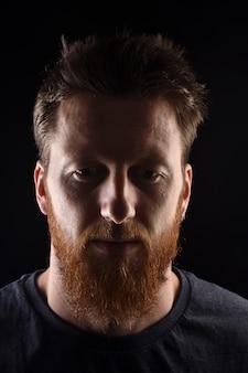 Portret van een man op zwart