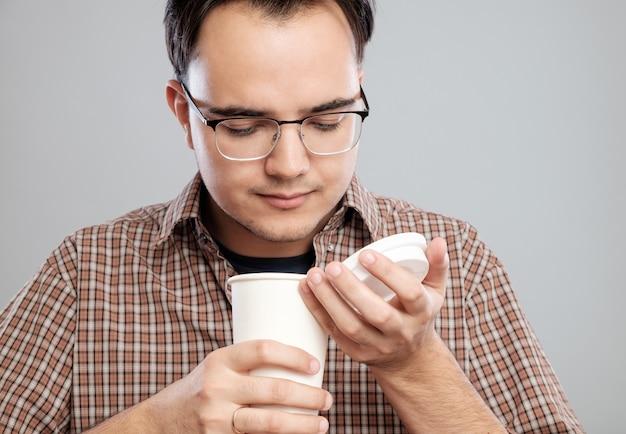 Portret van een man openen en ruiken koffie