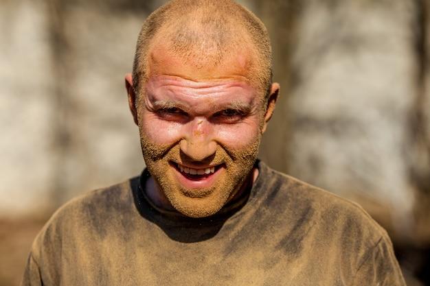 Portret van een man van 30 jaar oud die vuil gezicht in zweet werkt