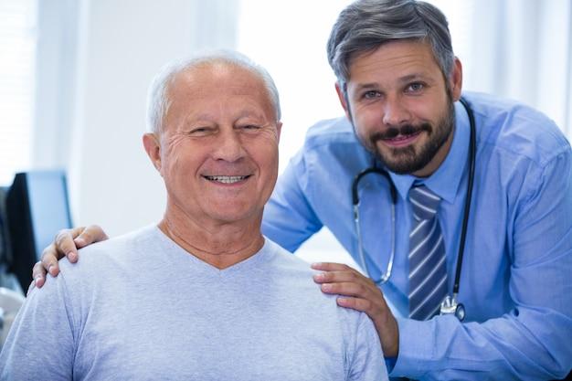 Portret van een mannelijke arts en patiënt