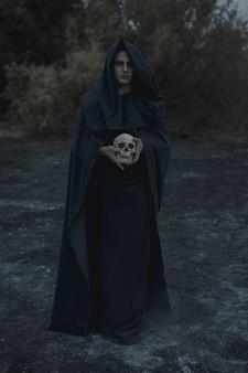 Portret van een mannelijke magiër in zwarte kleding