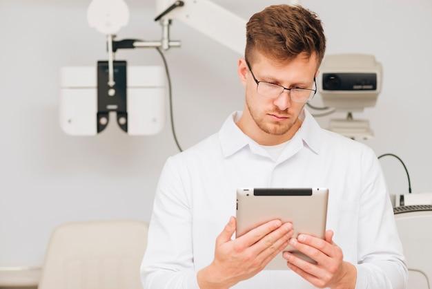 Portret van een mannelijke optometrist