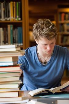 Portret van een mannelijke studentenlezing