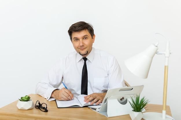 Portret van een medio volwassen zakenman die bij camera glimlacht