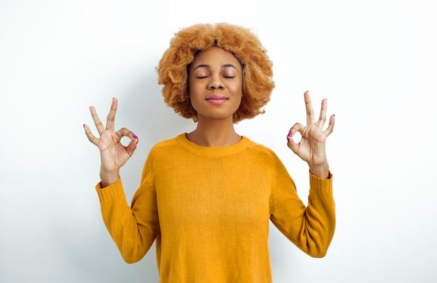 Portret van een mediterende afrikaanse vrouw.